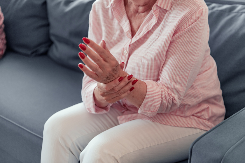 gyengeség fejfájás ízületi fájdalom fájó fájdalom az időleges ízületben