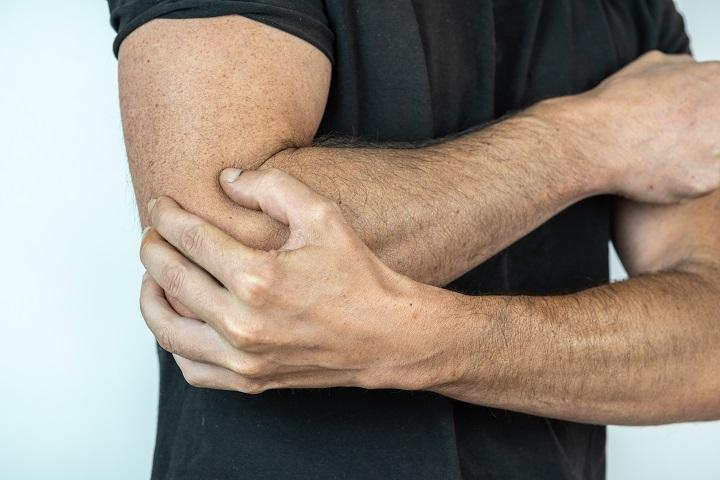 ököllel ütés után a kar ízülete fáj