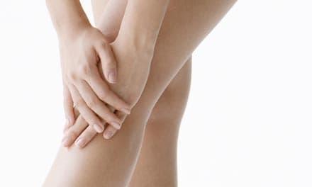 súlyos fájdalom a csípőben járás közben közös megszakító
