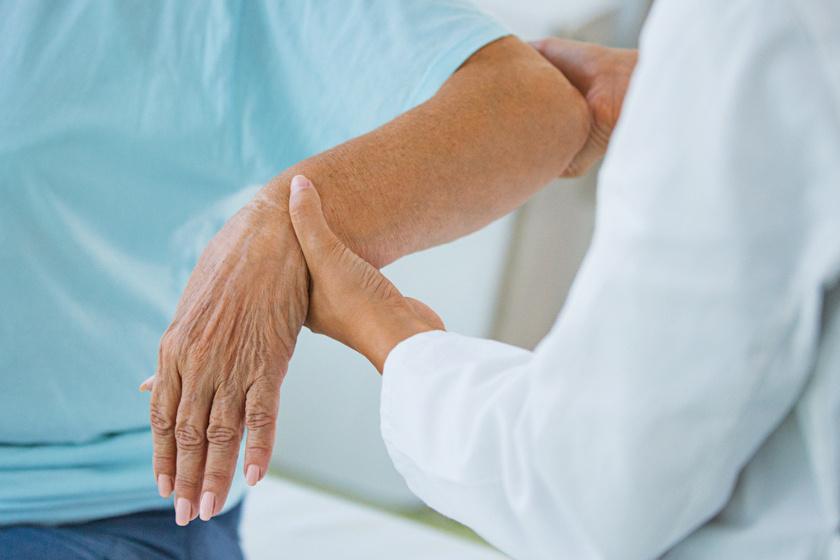 súlyosan sérült ízületi fájdalom után a fájó kéz dudorodott meg az ízületen