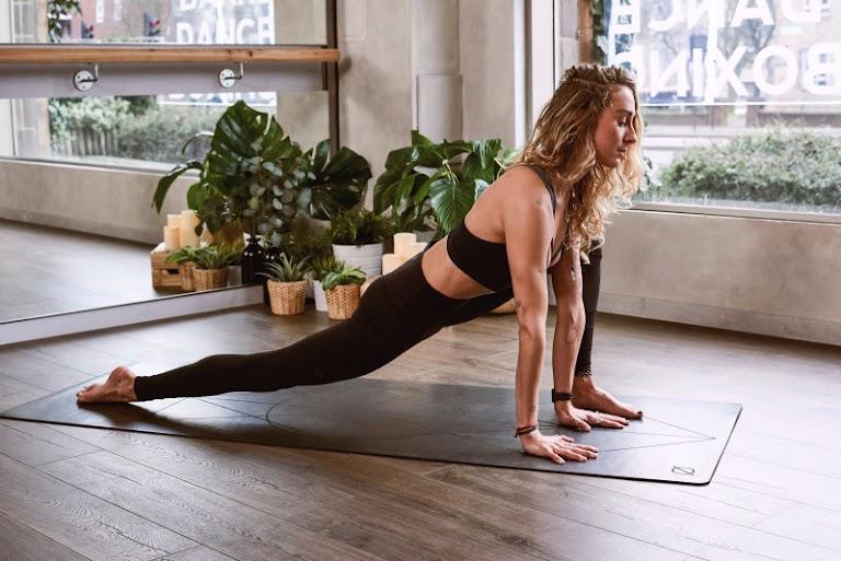 4 szuper nyújtás, amivel lazábbá teheted a csípődet